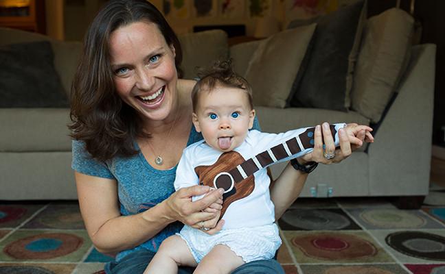 Muller e o seu fillo sorrindo.